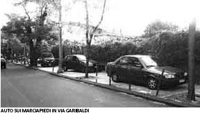 Auto in sosta selvaggia lungo la Via Garibaldi