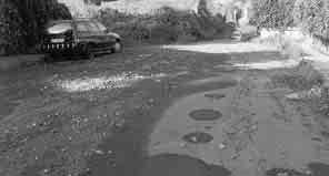 Lo stato disastroso del manto stradale sulla via Manganelli