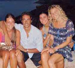 Nella foto a sinistra Ursula D'Angelo seduta su un'altra catanese che vive a Palemo, Veronica Verderame. Accanto due amici palermitani.