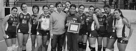 L'assessore allo Sport della Provincia di Catania, il Dott. Daniele Capuana con le atlete e l'allenatrice Giusy Ferrera del Viagrande