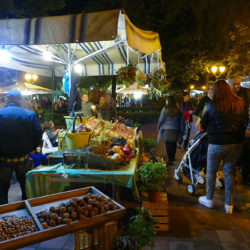 villa comunale, visitatori fra i corner del mercatino