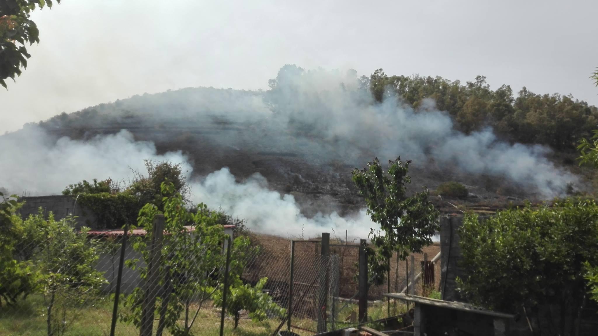 Viagrande. Brucia il Parco del Monte Serra