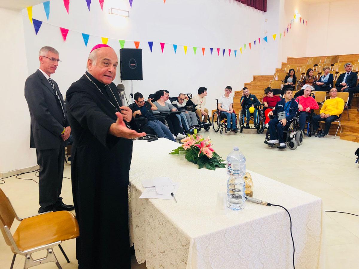 L'Arcivescovo Mons. Gristina tra i disabili del CSR-AIAS di Viagrande
