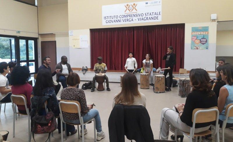 """La cultura africana e siciliana si incontrano all'istituto """"Verga"""" di Viagrande con il progetto Nimba Etna"""